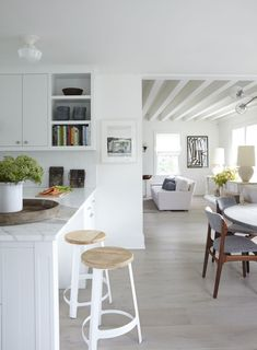 Beach House Kitchens, Home Kitchens, Bright Kitchens, Die Hamptons, Weekend House, Dream Weekend, Contemporary Kitchen Design, Open Plan Kitchen, Basement Remodeling