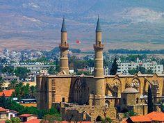 Никосия (греческое название - Лефкосия) – этот город с богатым историческим и культурным наследием, расположенный практически в самом центре