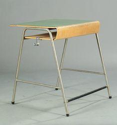 Munkegård school desk designed by Arne Jacobsen. Vintage Furniture Design, Handmade Furniture, Modern Furniture, Arne Jacobsen Chair, Under Desk Storage, Table Easel, Mid Century Modern Desk, Most Comfortable Office Chair, School Desks
