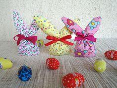 Artesanato de páscoa, sachês em forma coelho Wooden Christmas Crafts, Christmas Ornaments, Bazaar Ideas, Easter Baskets, Herbalife, Easter Crafts, Favors, Rabbit, Crochet Patterns