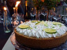 Utrolig let kage at lave, og smager den skønt. Den syrlige lime i Key Lime Pie fungerer perfekt sammen med den knasende bund og den søde marengs på toppen.