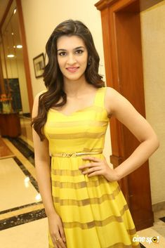 Hot And Unseen Sexy Photoshoot Pics of Kriti Sanon - Cinebuzz Oscars Red Carpet Dresses, Glamour World, Bollywood Girls, Bollywood Actors, Photoshoot Pics, Beautiful Bollywood Actress, Beautiful Actresses, Look Thinner, Dress Images