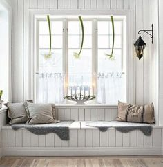window seat in a Swedish decor Room Swedish Decor, Scandinavian Style, Scandinavian Christmas, Nordic Style, White Christmas, Swedish Bedroom, Swedish Style, Cozy Christmas, Nordic Design