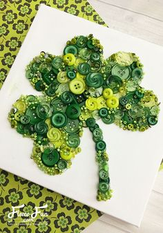 Patrick's Day Clover Button Art Tutorial I love this St. Such a great DIYfor crafting and making decor for the holiday.I love this St. Such a great DIYfor crafting and making decor for the holiday. March Crafts, Spring Crafts, Holiday Crafts, Fun Crafts, St Patrick's Day Crafts, How To Make Decorations, St Patrick's Day Decorations, St Patrick Decorations, Button Crafts