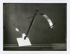 Marianne Brandt (Konstruktion) / Lucia Moholy (Fotografie), Gleichgewichtsstudie aus dem Vorkurs László Moholy-Nagy, 1923    18 x 24 cm Bauhaus Archive / ...