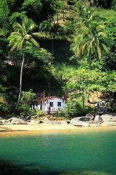 Ilhabela (en español: Isla Bella ), a veces llamada São Sebastião, es el nombre de una isla y el único municipio-archipiélago brasileño océanico. Está situado en la costa norte del estado de São Paulo, en la microregión de Caraguatatuba. La población estimada en 2007 fue de 23.886 habitantes. Tiene uno de los paisajes más agrestes de la región de la costa brasileña.