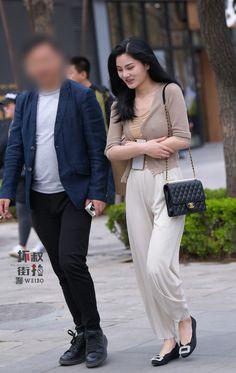 微博 Yoga Pants Girls, Girls Jeans, Sexy Asian Girls, Beautiful Asian Girls, Tights Outfit, Lady, Outfits, Beauty, Silk Satin