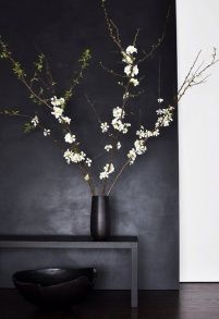 I'm pinning this here and not ceramics because I can't deny how me this whole color scheme is. I do love the ikebana though. Ikebana, Black And White Interior, Black White, Plain Black, Matte Black, Dark Grey, Black Work, White Style, Interior Minimalista