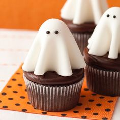 Floating ghost cupcakes will make all the ghouls come out to the Halloween party. These are easy to make--the little witches and storm troopers can help. Halloween Desserts, Halloween Cupcakes, Hallowen Food, Halloween Dinner, Easy Halloween, Halloween Treats, Cookie Time, Halloween Tafel, Halloween Backen