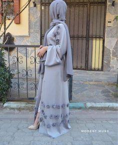 Elegant cardigan-style abaya dress with applique embellishment. Belt tie closure, you can dress this abaya up or down for any occasion. Cardigan Kimono, Cardigan Fashion, Abaya Fashion, Eid Outfits, Outfits Casual, Fashion Outfits, Fashion Quiz, Fashion 2020, Fashion Pants