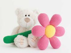 Amigurumi flor (enlace a patrón gratis) Crochet Crafts, Crochet Toys, Crochet Baby, Knit Crochet, Amigurumi Patterns, Crochet Patterns, Cute Pillows, Crochet Slippers, Flower Hair Clips