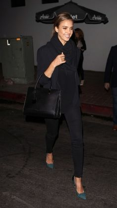 Jessica Alba in all-black outfit with green Sam Edelman shoes. Jessica Alba Hair, Jessica Alba Style, Wearing All Black, All Black Outfit, Mein Style, Super Skinny, Celebrity Style, Celebrity Skin, Autumn Fashion