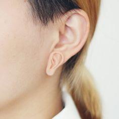 Boucles d'oreilles en forme d'oreilles.  Non mais franchement ?