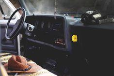 un atrapasomnis a el retrovisor, unes mantetes als seiens , uns coixins darrera, cambiar les alfombrilles per alfombres xules...