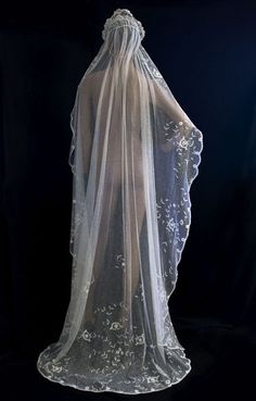 Princess lace wedding veil, The tulle is hand appliquéd with bouquets of princess lace flowers. Vintage Veils, Vintage Bridal, Vintage Lace, Vintage Weddings, Headpiece Wedding, Bridal Headpieces, Wedding Gowns, Lace Wedding, Romantic Outfit
