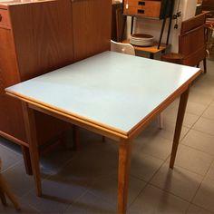 Nytt i butiken idag är detta köksbord med himmelsblå perstorpsskiva och två utdragsskivor. Mått: 90 x 69 cm + 2x30cm. #perstorp #köksbord #tillsalu #perstorpsskiva #retromöbler #Retrobutik #Göteborg, Sverige