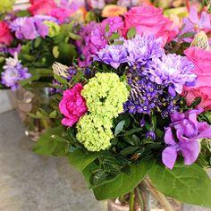 Blumensträuße sind nette Aufmunterungen und schöne Gesten gegenüber ihren Liebsten. #Blumenstrauß #Geschenk #Blätter #Sträucher #Blumen #Schnittblumen #Blumentypen Floral Wreath, Wreaths, Plants, Decor, Too Nice, Cut Flowers, Mother's Day, Gifts, Nice Asses
