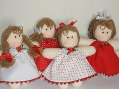 Mini bonecas de pano Cada bonequinha mede 15 cm de altura (medida aproximada).
