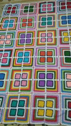 Crochet granny square blanket, interesting, unusual setting. Granny Square Crochet Pattern, Afghan Crochet Patterns, Crochet Squares, Crochet Granny, Crochet Motif, Crochet Designs, Granny Squares, Scrap Crochet, Crochet Case