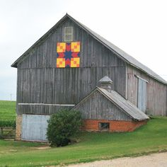 I wonder if that is a milk house in front of this barn.