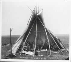 pawnee teepe: I note kitchenware, a grandmother and her grandson, women, old men and hanging chains. Native American Images, Native American Indians, Plains Indians, Indian Tribes, History Photos, Old West, First Nations, North America, Wise Men