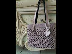 Punto circolare (meringa) all'uncinetto - YouTube Crochet Handbags, Crochet Purses, Free Crochet Bag, Knit Crochet, Pill Bottle Crafts, Hair Clip Organizer, Thigh Tattoo Quotes, Diy Crayons, Creative Bag