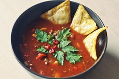 Pyszna zupa meksykańska z nachosami, przepis krok po kroku.