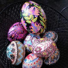 June turning into busy months. How lovely colors are on these eggs. Easter Art, Easter Ideas, Easter Eggs, Polish Easter, Batik Art, Egg Designs, All Art, Turning, June
