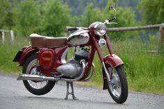 Jawa 350 / Motokenny Brno Moped Scooter, Kick Scooter, Vespa, Vintage Motorcycles, Cars And Motorcycles, Vintage Bikes, Vintage Cars, Moto Jawa, Classic Bikes