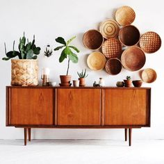 This arrangement shows asymmetrical balance because the two sides are different but they are balanced out by the use of layering the plants and circles. Decoration Buffet, Living Room Decor, Bedroom Decor, Muebles Living, Interior Decorating, Interior Design, Baskets On Wall, Woven Baskets, Mid Century Furniture