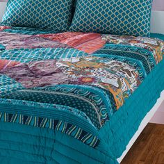 Bohemian quilt-style bedding set.   Product: Queen: 1 Quilt and 2 standard shamsKing: 1 Quilt and 2 king shams