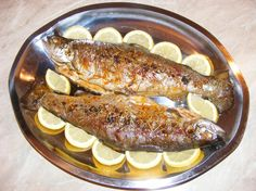 Pastrav la cuptor cu lamaie Yami Yami, Romanian Food, Romanian Recipes, Fish And Seafood, Fish Recipes, Pesto, Sausage, Goodies, Food And Drink