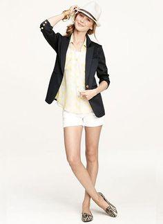 黒テーラードジャケット×白ショートパンツの春夏コーデ(レディース)海外スナップ   MILANDA