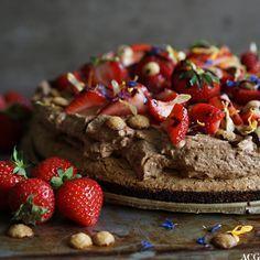 La deg friste av en forførende enkel mokkakake med nøttebunn og luftig mokkakrem. Kaken er glutenfri og kan lages laktosefri. Pyntes med bær og sjokolade.