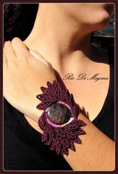 Macrame Pulsera con Obsidiana Manto Huichol en hilo granate, tonos de rosa, beige y blanco. Diseño original inspirado en las aves. Tejido.