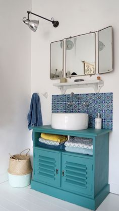 Meuble vasque ancien, carrelage ancien, panier boule Le Petit Florilège, miroir chiné, lampe Mazda vintage (chinée) ♥ #epinglercpartager Bathroom Renos, Laundry In Bathroom, Bathroom Interior, Small Bathroom, Bright Bathrooms, Vintage Bathrooms, Frame Wall Decor, Amazing Spaces, Vintage Lamps