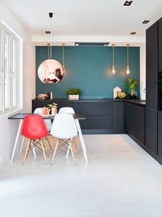 De superlekre, matte kjøkkenfrontene fra HTH står i lekker kontrast til den… My Dream, Kitchen Design, Sweet Home, Table, Furniture, Home Decor, Kitchen Inspiration, Kitchens, Live