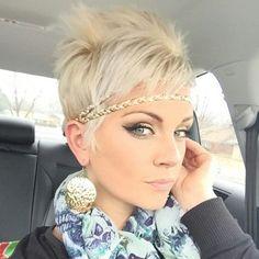 Pixie Frisuren sind immer noch heiß beliebt auf unserer Webseite. Pixie Frisuren sind seit Jahren einen richtigen Trend auf dem Gebiet von Kurzhaarfrisuren und wir sehen diese Frisuren sehr oft auf der Straße. Wir zeigen hier eine schöne Sammlung ...