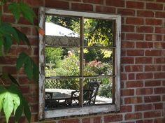 vieux cadre de fenêtre transformé en miroir