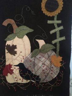 Love the pumpkins Fall Applique, Applique Quilt Patterns, Wool Applique Quilts, Wool Mats, Halloween Sewing Projects, Penny Rug Patterns, Primitive Quilts, Felted Wool Crafts, Wool Quilts