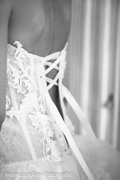 Foto  Monica Palloni #abitodasposa #dress #white #bianco #love #amore #wedding #marriage #reportagedamatrimonio #monicapalloni #photo #foto #photographer #fotografa #monicapallonifotografa #biancoenero #blackandwhite