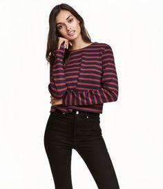 Dunkelblau/Gestreift. Kurzshirt mit Rundausschnitt aus festem Jersey. Das Shirt hat lange Ärmel mit einem kurzen Schlitz.