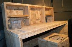 Bureau, door mijn man, gemaakt van gebruikt steigerhout. Erg mooi, toch?