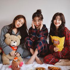 Find images and videos about friends, korean and ulzzang on We Heart It - the app to get lost in what you love. Mode Ulzzang, Ulzzang Korean Girl, Ulzzang Couple, Bff Pics, Bff Pictures, Foto Best Friend, Best Friend Poses, Ulzzang Girl Fashion, Mode Cool