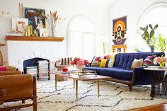 Blog - 30 inspirations #déco pour votre #salon > ♡ On aime : Cet intérieur d'explorateur #design : des motifs #ethniques, du cuir, du bois... ✐ On retient :  La #cheminée dont le fond est peint en #bleu (rappel de couleur) et qui fait office de bibliothèque