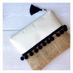 Boho clutch with big pompoms. Great to put your small beach essentials. Canvas Fabric, Cotton Canvas, My Style Bags, Flower Pattern Design, Diy Bags Purses, Beach Essentials, Jute Bags, Boho Bags, Diy Sewing Projects
