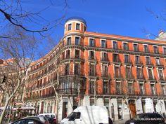 Al inicio de la calle Serrano, esquina a la Plaza de la Independencia, el Palacio de los Duques de Prim.