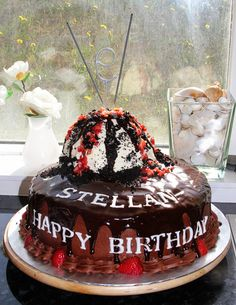 Birthday cake, I made this cake for Stellan Bettany, son of Jennifer Connelly and Paul Bettany when they were in Iceland last summer. Vanilla cake with whipped cream and strawberry filling and chocolate cream cheese frosting.