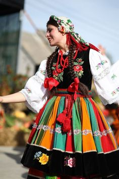 Regional costume from Łowicz, Poland [source]. Folk Costume, Costumes, Costume Ethnique, Polish Clothing, Polish People, Polish Folk Art, Folk Festival, Costume Collection, World Cultures