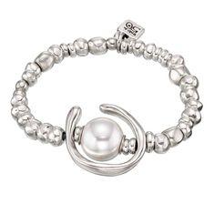 Pulsera de diseño único elástica realizada con abalorios de forma redondeada que combina un aro bañado en plata y una perla blanca. Elaborado de manera artesanal en España.